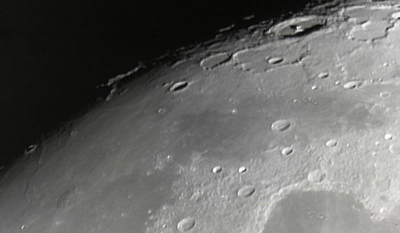 Měsíc 24.4.2013 cca 2:30 - SkyWatcher 130/650, MS Lifecam 5000HD. Oblast planiny Sinus Roris jižně od kráterů Babbage a Pythagoras.