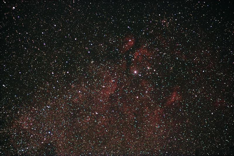 Mlhoviny v okolí hvězdy Sadr v Labuti. Krátká testovací expozice. Canon 350D full spectrum, EQ2, Pentacon 135mm f/2.8 @ f/4, ISO800, 14x60s, 20xdark.