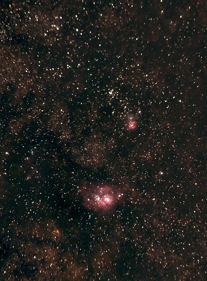 Mlhoviny M8 Laguna (větší dole) a M20 Trifid (menší nahoře) ve Střelci. Canon 350D (nemodifikovaný), Tamron 55-200 f/4-5.6 na cca. 150mm f/4.5, EQ2, stack 80x30x. Odstraněno silné světelné znečištění.