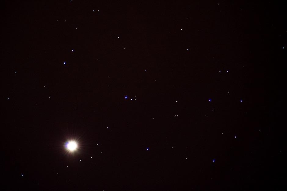 Venuše míjí Plejády 3.4.2012 - Bresser Skylux 700/70, Canon 350D v primárním ohnisku