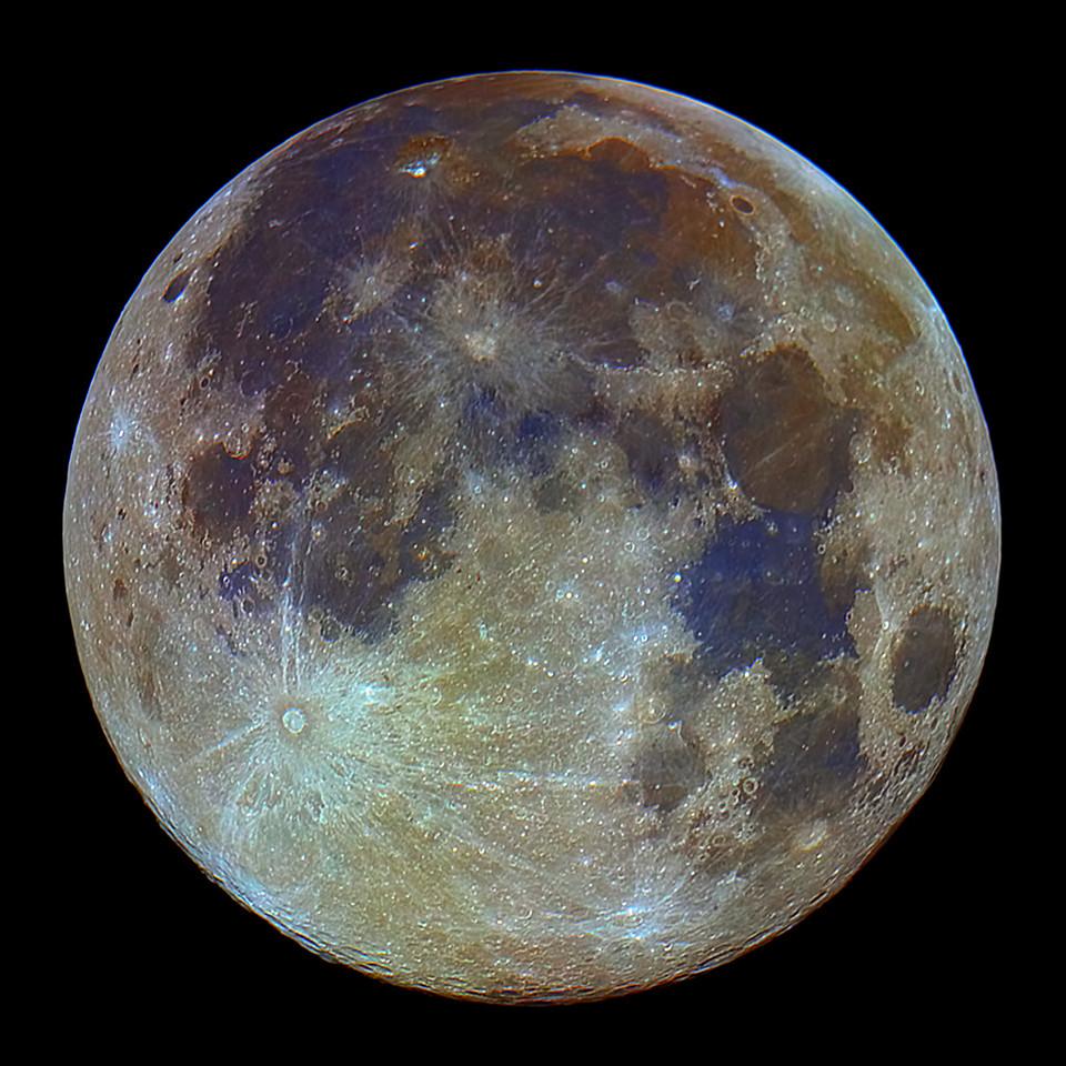 Měsíc ve zvýrazněných barvách, které odhalují rozdíly v lokálním složení jeho povrchu (každý typ horniny má trochu jinou barvu, ovlivněnou prvky v něm obsaženými) - takto by se nám Měsíc jevil, pokud bychom byli podstatně vnímavější na barvy. Jinými slovy - takhle barevný skutečně Měsíc je, jen nemáme dostatečně citlivé smysly, abychom to viděli. Canon 600D, SkyWatcher 130/650, stack 15 snímků pro snížení úrovně šumu v podstatně zvýrazněné barevné složce snímku.