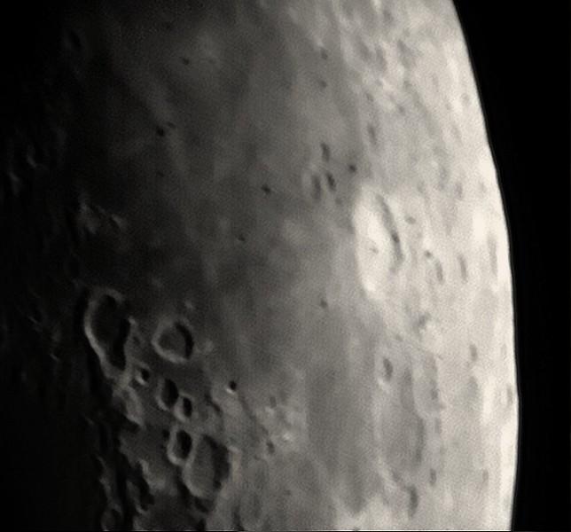 Detail Moře hojnosti se světlým kráterem Langrenus. Vlevo dole krátery na rozhraní Moře hojnosti a Moře nektaru. Hruškovitý kráter by měl být (doufám) Gutenberg, napravo od něj Goclenius, větší z dvojice navazujícíh kráterů pod nimi Magelhaens a pod nimi v další dvojici ten větší kráter Colombo.