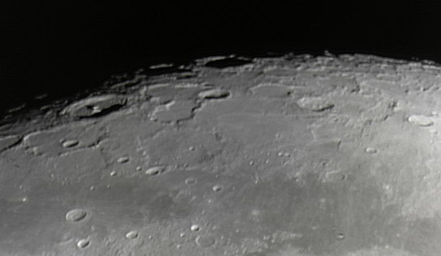 Měsíc 24.4.2013 cca 2:30 - SkyWatcher 130/650, MS Lifecam 5000HD. Oblast kolem kráterů (zleva) Babbage, Pythagoras (vlevo nahoře s centrálním pahorkem), Anaximender, Carpenter a Pascal.