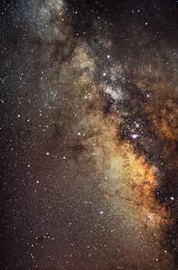 Pohled do samotného středu Mléčné dráhy v souhvězdí Střelce. Zhruba v polovině snímku v pravé třetině je trochu rozpoznatelná nafialovělá mlhovina Laguna. Park pod Teide, Tenerife. 8x2 min ISO 1600, Canon 350D nemodifikovaný, Pentacon 135mm f/2.8 @ f/4, montáž Astro 3. To, že celá fotka nakonec i přes tak málo expozic dopadla alespoň takhle (jakkoliv je hodně špatná), je důkazem o kvalitě oblohy na Tenerife (a také trochu o schopnostech dnešních fotoaparátů a astrofotografických programů).