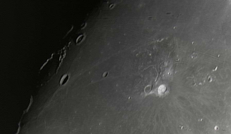 Měsíc 24.4.2013 cca 2:30 - SkyWatcher 130/650, MS Lifecam 5000HD. Severní část Oceánu bouří. Jasný kráter vpravo je Aristarchus, výrazný kráter poblíž terminátoru dole Seleucus, nahoře s centrálním pahorkem Briggs.