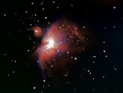 M42 v Orionu, 6. 1. 2017, foceno na přesvícené obloze olomouckého sídliště. Skywatcher 130/650, Canon 350D full spectrum, EQ2. 90x30s ISO 800, flat, bias, dark. Bohužel moje velmi improvizované připojení zrcadlovky na okulárový výtah negarantuje vždy stoprocentní kolmost snímač na optickou rovinu, takže to občas dopadne takhle :( Ale bylo mi těch snímků líto, tak jsem je přesto zpracoval, jak to nejlépe šlo.