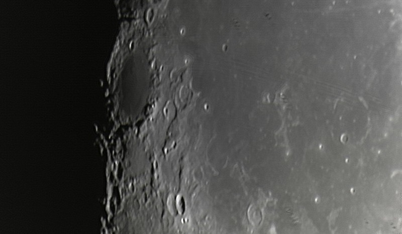 Měsíc 24.4.2013 cca 2:30 - SkyWatcher 130/650, MS Lifecam 5000HD. Jižní část Oceánu bouří. Rozsáhlý tmavý kráter mírně nahoře u terminátoru je Grimaldi. U dolního okraje dvojitý eliptický kráter Sirsalis.