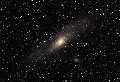 Fotografováno doslova na dvoře penzionu Na Čechách - galaxie M31 v Andromedě. Celkově zhruba 30 minut expozice. (Canon 600D, EF-S 55-250 @ 250 mm f/5.6, 23x90 s, 5x30 s, ISO 800, flat, dark, bias, EQ2 bez pointace)