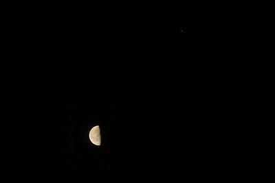 Nechtělo se mi kvůli jednomu snímku dělat novou galerii, takže bonusový Měsíc s Marsem na opačné straně oblohy. Na nebi je teď nad ránem ostatně vidět hned několik planet najednou - Jupiter, Saturn, Mars a Venuše.