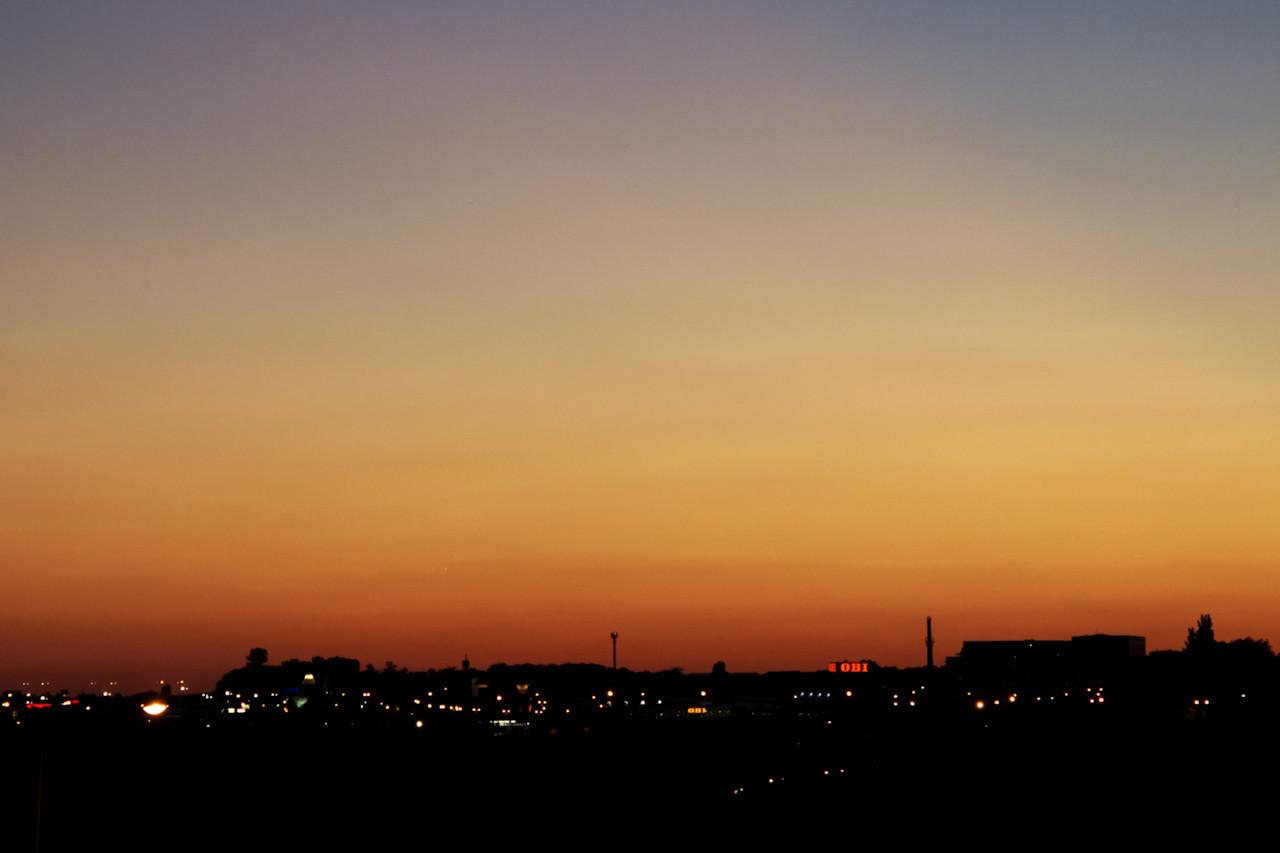Tady už je vidět alespoň Venuše, i když pořád velmi slabě. Hledejte ji v levé třetině snímku kousek nahoru od siluety, která vypadá jako kostelní věž (i když to kostelní věž není, je to stožár u obchodu Terno vedle Tesca) - té mezi stožárem přímo uprostřed snímku a výrazným stromem v levé části obzoru.