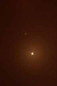 Dole Venuše, nahoře Mars. Slabá tečka poblíž Venuše je hvězda HIP 417 ze souhvězdí Ryb.
