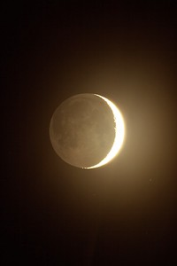 Měsíc s popelavým svitem v měřítku k předchozímu snímku.