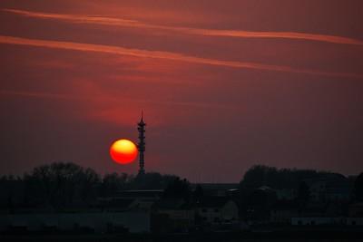 Náhoda tomu chtěla, že dnes ještě navíc zapadalo Slunce přímo za nedalekým vysílačem.
