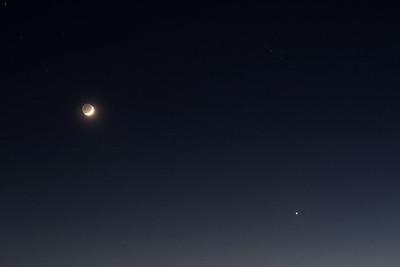 20:54 SELČ - Detailnější záběr. V pravém horním rohu je vidět hlava Býka s nejjasnější hvězdou Aldebaranem těsně v rohu.