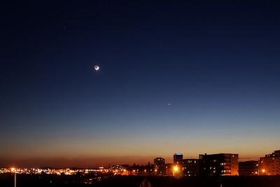 20:53 SELČ - Teď už jsou vidět i Plejády - s Venuší a Měsícem tvoří téměř rovnoramenný trojúhelník.
