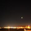 21:13 SELČ - Širokoúhlejší záběr , kde je vidět nejen prakticky celé souhvězdí Býka, ale v levé části snímku také zapadající Orion. Tři hvězdy v pravé části snímku patří do souhvězdí Persea.