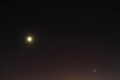 21:09 SELČ - Obloha tmavne (a oranžoví světelným znečištěním) a objevují se i slabší hvězdy.