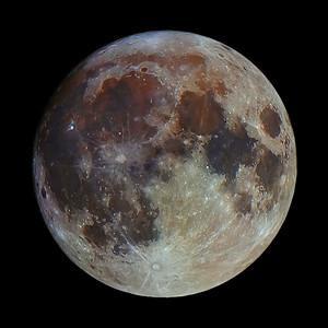 Snímek Měsíce se zvýšenou saturací barev - nějak takto by se nám jevil, pokud by naše citlivost na vnímání barev byla vyšší, než je. Canon 600D, SkyWatcher 130/650 v primárním ohnisku, složeno zhruba 40 snímků.