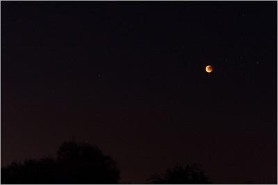Měsíc stále ještě v zemském stínu (jas na fotografii neodpovídá skutečnosti, tady je Měsíc o poznání světlejší).