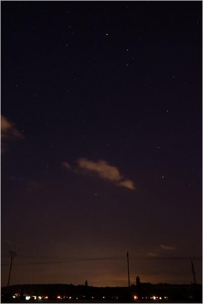 """Panna. Jasnější složka """"dvojhvězdy"""" v levé spodní polovině je ve skutečnosti Saturn."""