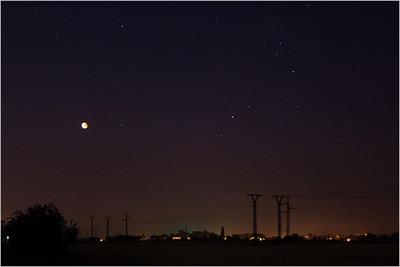 Střelec, Štír. Nevypadá to, ale Měsíc je v tuhle chvíli ještě těsně před výstupem ze stínu.
