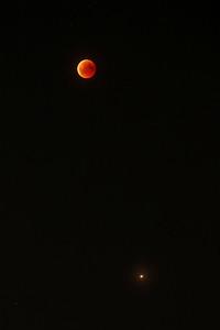 Měsíc, blížící se výstupu ze zemského stínu, a dole Mars, shodou okolností právě v den zatmění v opozici. Přibližně 23:00 SELČ.