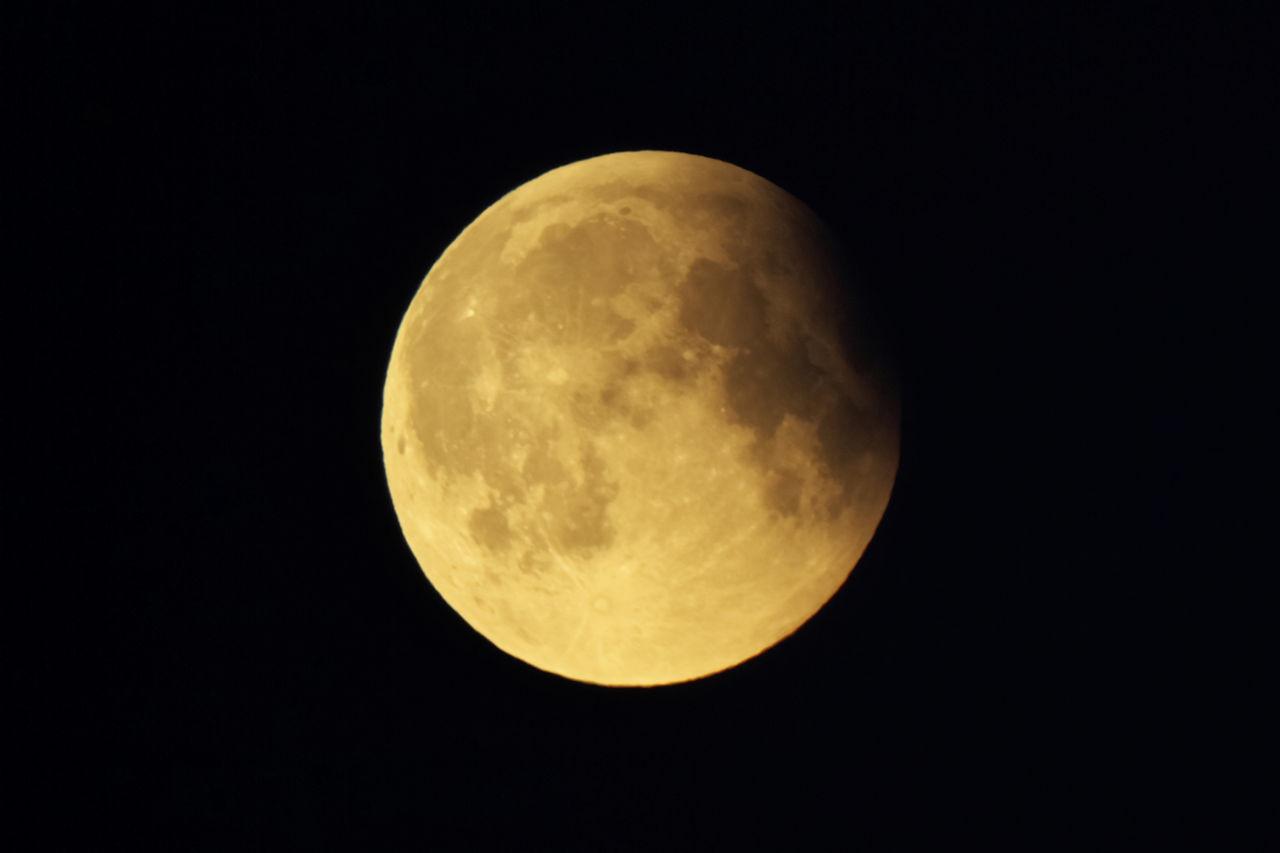 6:27 CEST - těsně před koncem částečného zatmění. Současně začíná viditelně světlat obloha (a Měsíc znovu oranžoví, ale tentokrát už za to nemůže zemský stín)