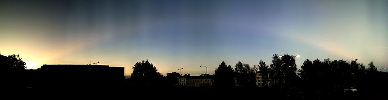 Krepuskulární paprsek při západu slunce 16.6.2012, který plynule přecházel v antikrepuskulární. Svislé pruhy jsou způsobené skládáním panorámatu (fotografováno pouze mobilem). Celý úkaz byl viditelný skoro půl hodiny. Pohled k severnímu obzoru, podél jižního se táhly další takové paprsky, ale jejich fotky mi bohužel nevyšly.