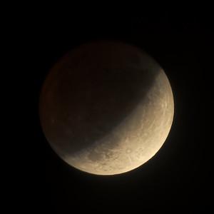 Zatmění Měsíce 16. 7. 2019, zhruba 23.35 SELČ, Brno, krátce po maximu. Shodou okolností toto zatmění vyšlo přesně na den 50. výročí startu Apolla 11 k Měsíci.  Moon Eclipse on 16 July 2019, around 23.35 CEST, Brno, shortly after the maximum phase of the eclipse. Incidentally the eclipse also happened to be on a day of the 50th anniversary of the Apollo 11 Moon mission launch.