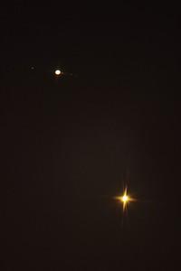 Jupiter a Venuše 30.6.2015 - delší expozice s viditelnými měsíčky Jupitera. Nalevo od Jupitera Ganymede, napravo od Jupiteru směrem ven Io, Europa a Callisto.