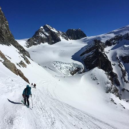 Traversing down from the Col du Mt Brulé 3213m and onto the Haut Glacier de Tsa and Tsan @julie_outdoor @diegocairns #skitouring