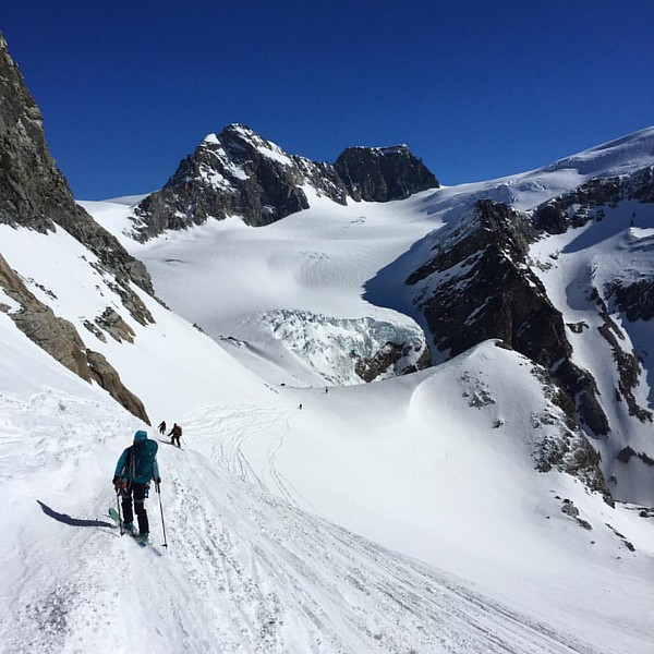 Traversing down from the Col du Mt Brulé 3213m and onto the Haut Glacier de Tsa and Tsan @julie_outdoor @diegocairns #skitouring
