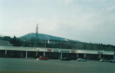 Photo par MadPat: 1 mai 2004: Factory Warehouse (voir 2003) de Ste-Anne-de-Beaupré et le Mont Ste-Anne.