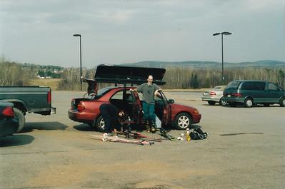 Photo par MadPat: 1 mai 2004. SuperNat et MadPat et la Mazda réparé. En fin de journée au stationnement du Mont Ste-Anne.