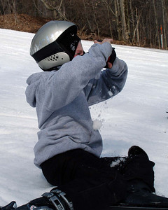 Ryry emptying his goggle after a face plant
