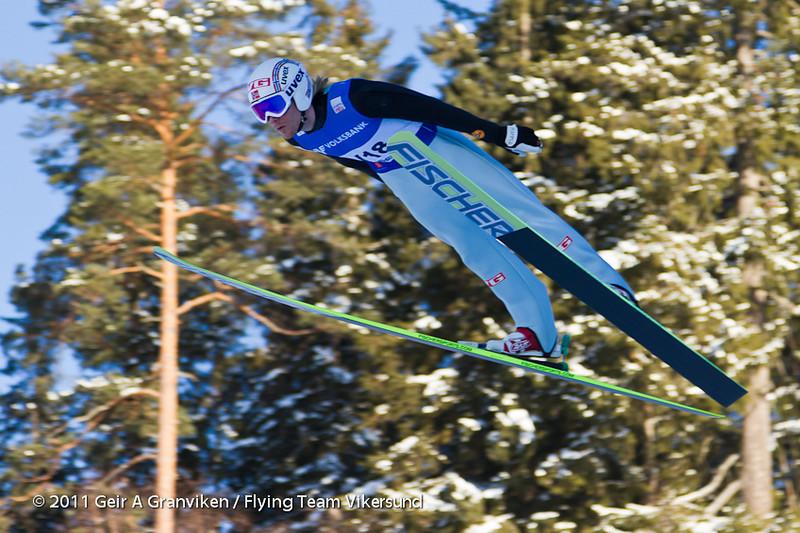Bjørn Einar Romøren hadde vel bare ett hopp under 200 meter disse dagene, men det var dessverre det viktige kvalifiseringshoppet. Rennledelsen fikk derved en høyt kvalifisert prøvehopper til disposisjon under rennet, og i en ny og uprøvd bakke som dette var nok det ganske verdifullt å ha.
