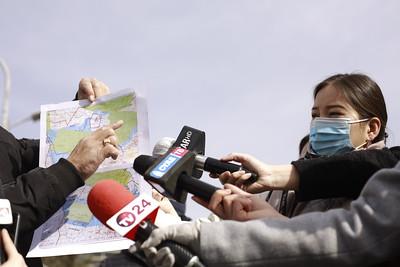 """2021 оны гуравдугаар сарын 22. Төв аймгийн Сэргэлэн суманд бүтээн байгуулалт хийнэ хэмээн 22,000 га газрыг улсын тусгай хэрэгцээнд авах гэж байгааг иргэд малчид эсэргүүцэж, Ерөнхий сайд, УИХ-ын гишүүдэд албан бичиг хүргүүллээ.   Төв аймгийн Сэргэлэн сумын иргэдийн төлөөлөл """"Манай сумын 22,000 га газрыг Богд хаан төмөр замын бүтээн байгуулалт, хот байгуулна гэж гэж улсын тусгай хэрэгцээнд авсан. Бүтээн байгуулалтыг дэмжиж байгаа ч газрыг хоморголон авахыг дэмжихгүй байна. 1,800 гаруй аж ахуйн нэгж, иргэдийн эрх ашиг хөндөгдөж байгаа.  Газрыг том хэмжээгээр авчихаад хоёр төрлийн зураг гарч ирсэн. Дахиад дараагийн 3 дахь зураг гарч ирэх мэдээлэл ч дуулдаж байна. Тиймээс Ерөнхий сайд Л.Оюун-Эрдэнэ, ЗГХЭГ-ын дарга Ц.Нямдорж нарт газрыг буцаан авах шаардлага хүргүүлж байна.  Гуравдугаар сарын 19-нд Сэргэлэн сумын ИТХ-ын төлөөлөгчдийг дуудаад Барилга, хот байгуулалтын яамны сайд хүчээр хурал хийсэн. Манай сумын газар багасаж, малын бэлчээргүй болоод байна.  Бид бүтээн байгуулалтыг дэмжиж байна. Төмөр замын төсөл шийдэгдээгүй байхад манай сумын газрыг авсан.Хашаагаа янзалж, худаг гаргаж чадахгүй, хэзээ  хөөх нь мэдэгдэхгүй тодорхойгүй  байдалд байна"""" гэдгийг хэллээ. ГЭРЭЛ ЗУРГИЙГ Г.ӨНӨБОЛД/MPA"""