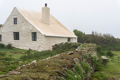 The farmhouse and the old stone-fence on Skokholm