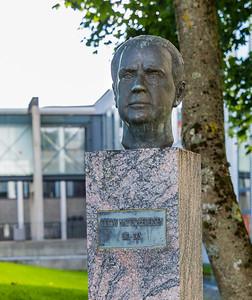 Irma Bruun Hodne, 1993 Natvig-Pedersen var lektor og senere rektor ved St. Svithun skole. Han kom tidlig med i arbeiderbevegelsen og ble medlem av Stavanger bystyre. Fra 1937 til 1953 var han stortingsrepresentant. Fra 1945 til 1948 var han visepresident i Stortinget, og fra 1949 satt han som stortingspresident. Blant de mange saker han brant for var det norske språk, og han arbeidet målbevisst for samnorsk.  Han kjempet aktivt for at Stavanger skulle få et eget universitet, og ble formann i Universitetskomiteen i 1962. Bekostet og reist av Stavanger Arbeiderparti i 1993.