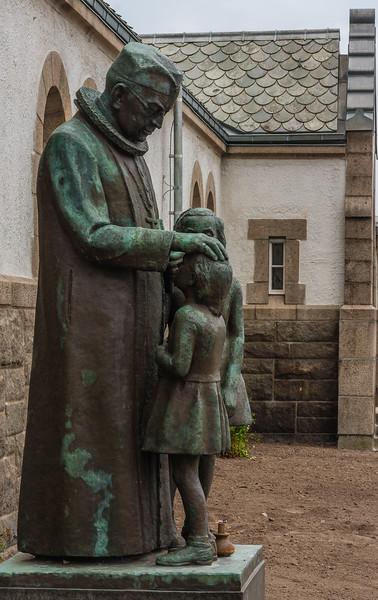 Presten og forkynneren Johan Peter Lunde utenfor Johannes Kirke, Stavanger. Kunstner: Erik Haugland