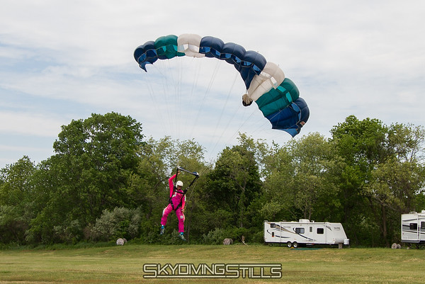 "Now that he has 25 jumps, he only needs to flare with one hand.<br><span class=""skyfilename"" style=""font-size:14px"">2015-05-25_skydive_cpi_0843</span>"
