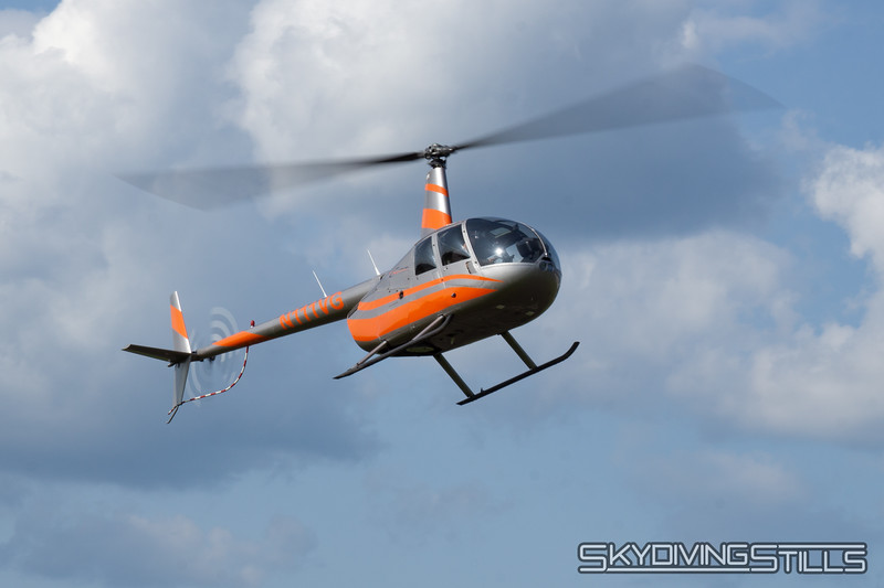 """R44 arrives. <br><span class=""""skyfilename"""" style=""""font-size:14px"""">2019-07-25_skydive_cpi_0017</span>"""