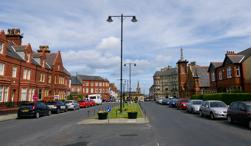 Hlavná ulica so stanicou a kostolom na konci.