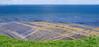 Na mori sú veterné elektrárne a dosť veľkých plavidiel