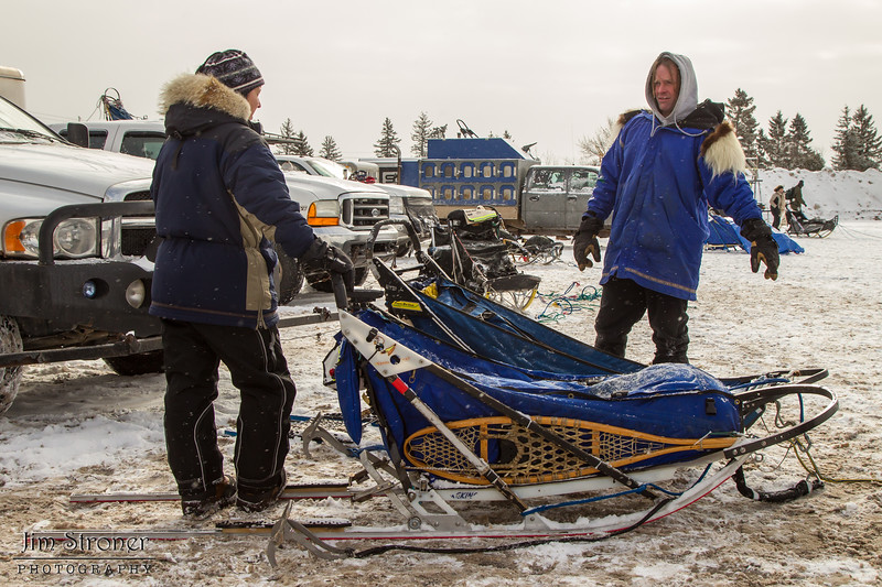 Blake Freking discussing strategy with his handler for the 2014 John Beargrease Marathon