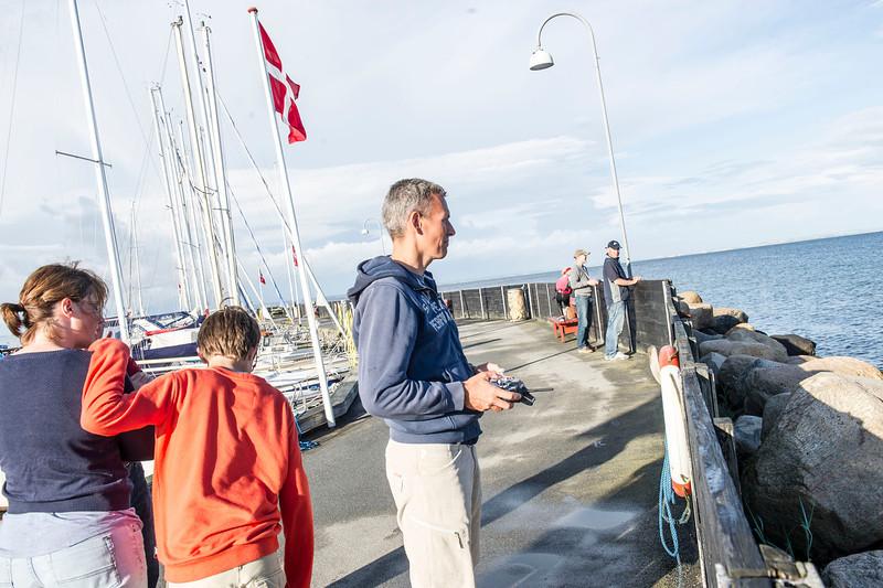 Ungdomsafdelingens leder Niels Ole Sloth forvandlet til en sand haj i modelskibssejlads