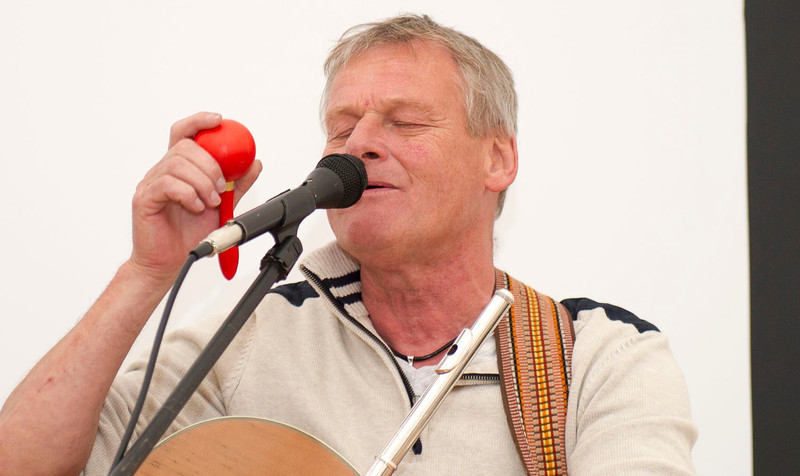 Klubbens enmandsorkester Lars Løfstedt...