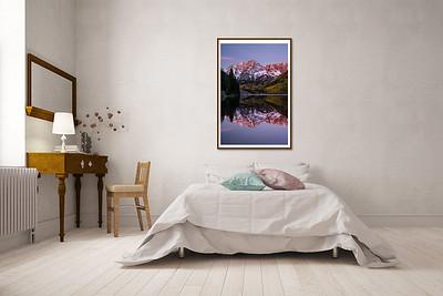 Edles Schlafzimmer mit Doppelbett und Schreibtisch an der Wand
