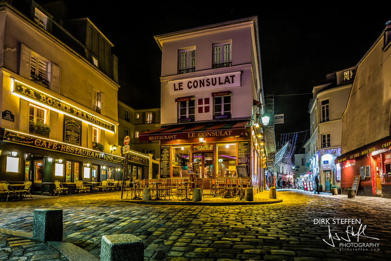 Le Consulat at nighttime