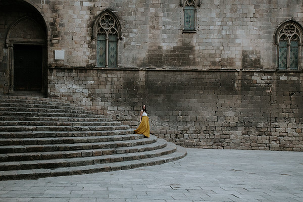 """<div style=""""text-align: center;padding: 0px 0px 0px 0px;font-size:13px; font-family:arapey; letter-spacing:2px; line-height: 23px;"""">Engagement shoot  <br> Barcelona </div>"""